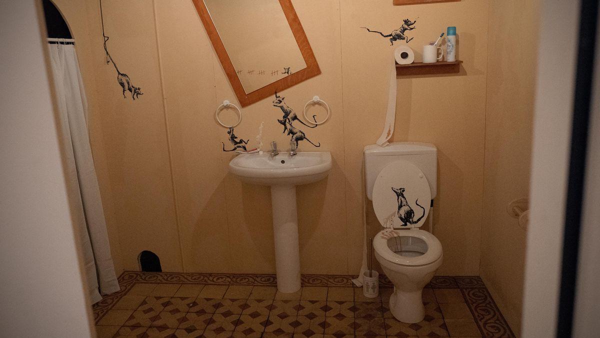 Badezimmer mit Ratten-Graffiti.