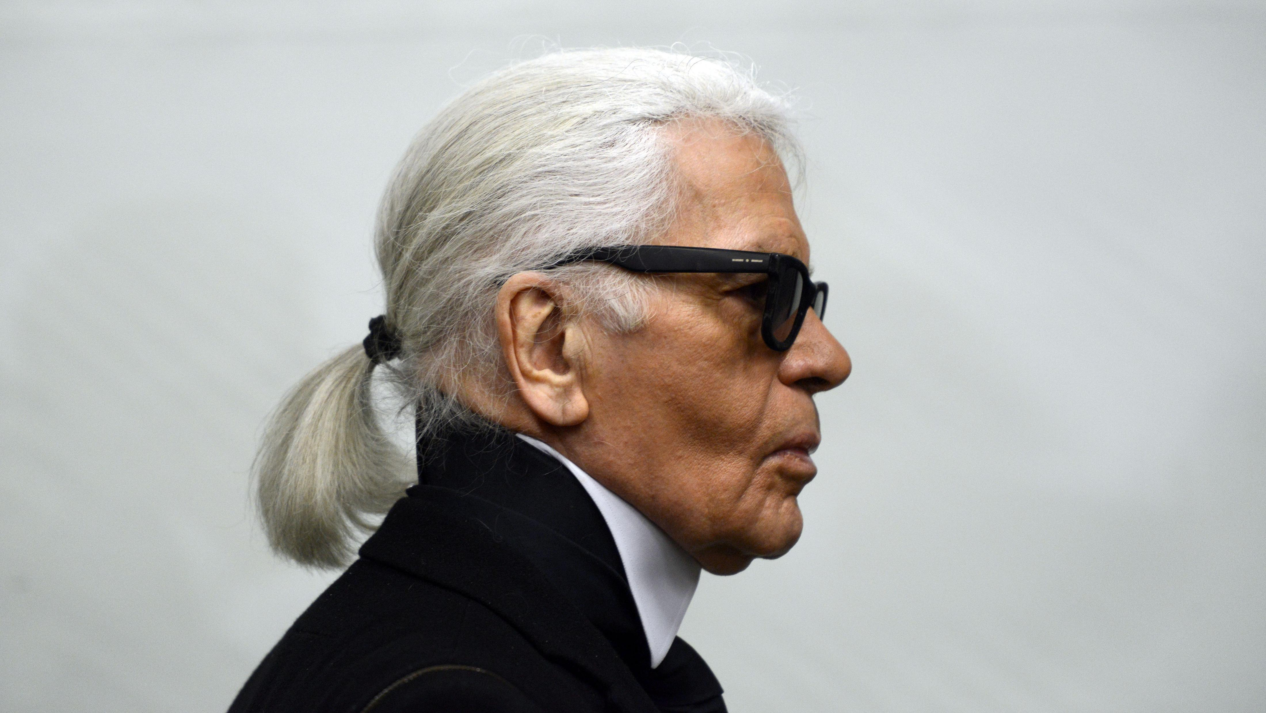 Karl Lagerfeld im Profil, mit Silberzopf und Sonnenbrille