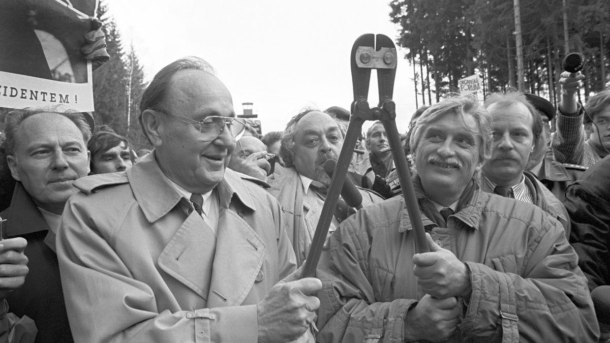 Ex-Außenminister Genscher (l) und sein tschechischer Amtskollege Dienstbier durchtrennen in Waidhaus/Rozvadov den Stacheldrahtzaun.