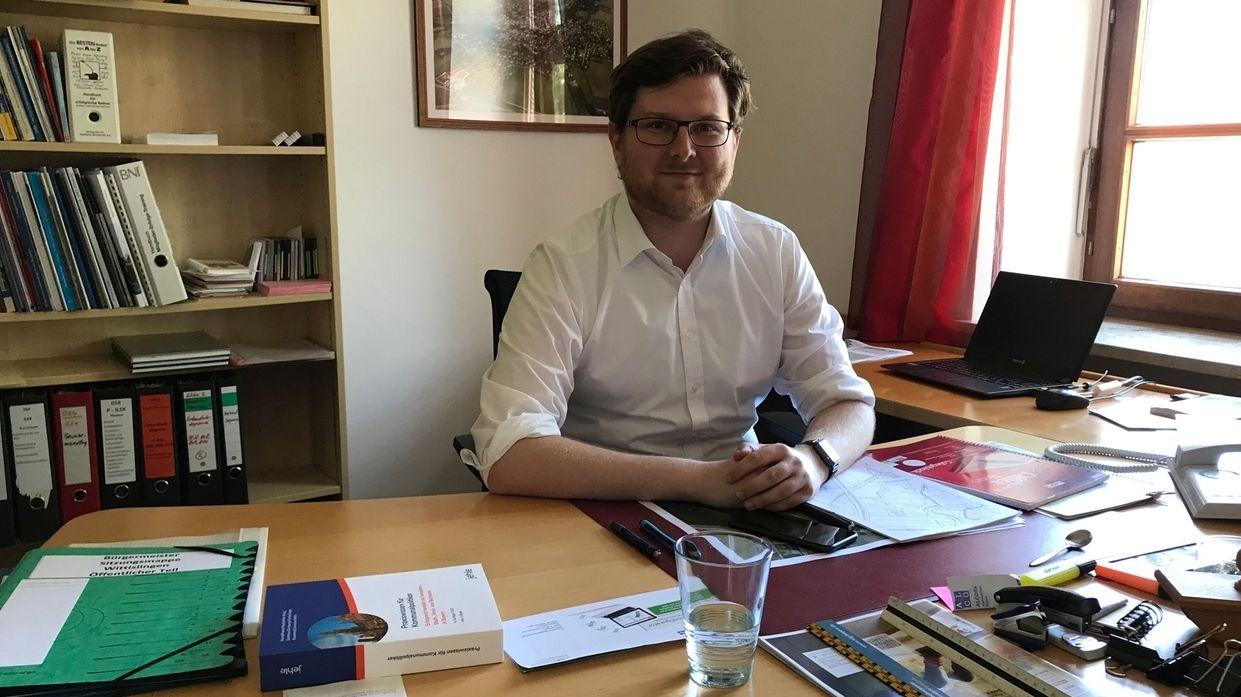 Bürgermeister Thomas Reicherzer an seinem Schreibtisch