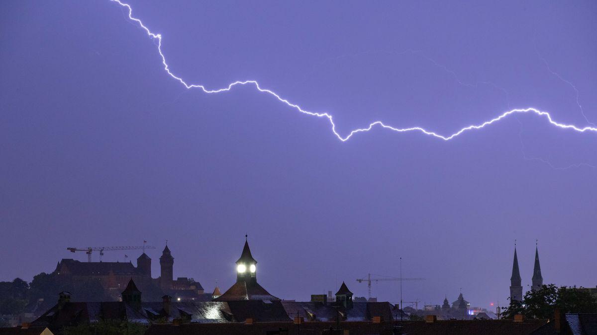 Ein Blitz über der Nürnberger Altstadt