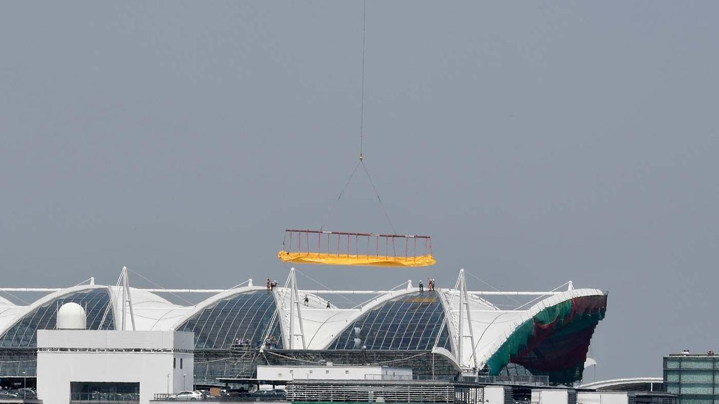 Ein Hubschrauber brachte zwei große Teile fürs Dach, die in 45 Metern Höhe eingebaut wurden; die Größe war jeweils 1.100 Quadratmeter.