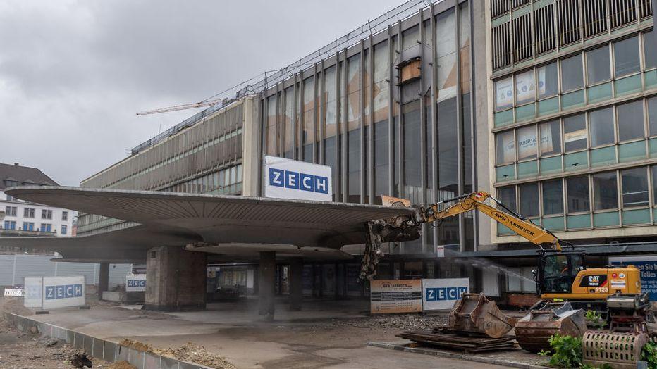 """Abrissarbeiten am Münchner Hauptbahnhof. Bagger """"knabbert"""" am Schwammerl."""