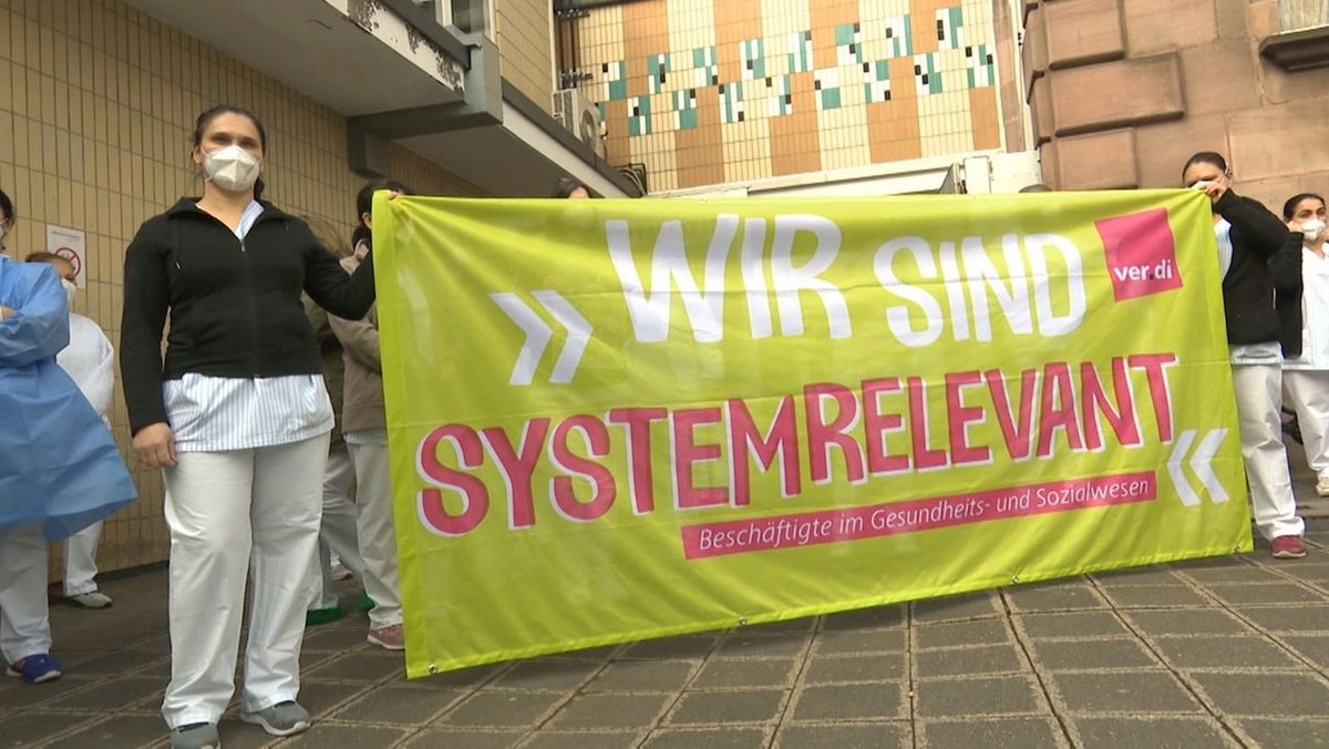 Beschäftigten der Service GmbH des Klinikums Nürnberg bei einer Protestaktion (Archiv)