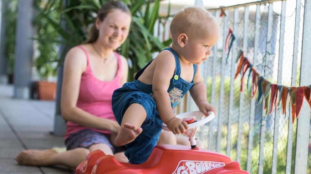 Symbolbild: Ein Kind steigt auf sein Bobbycar | Bild:pa/dpa/Patrick Seeger
