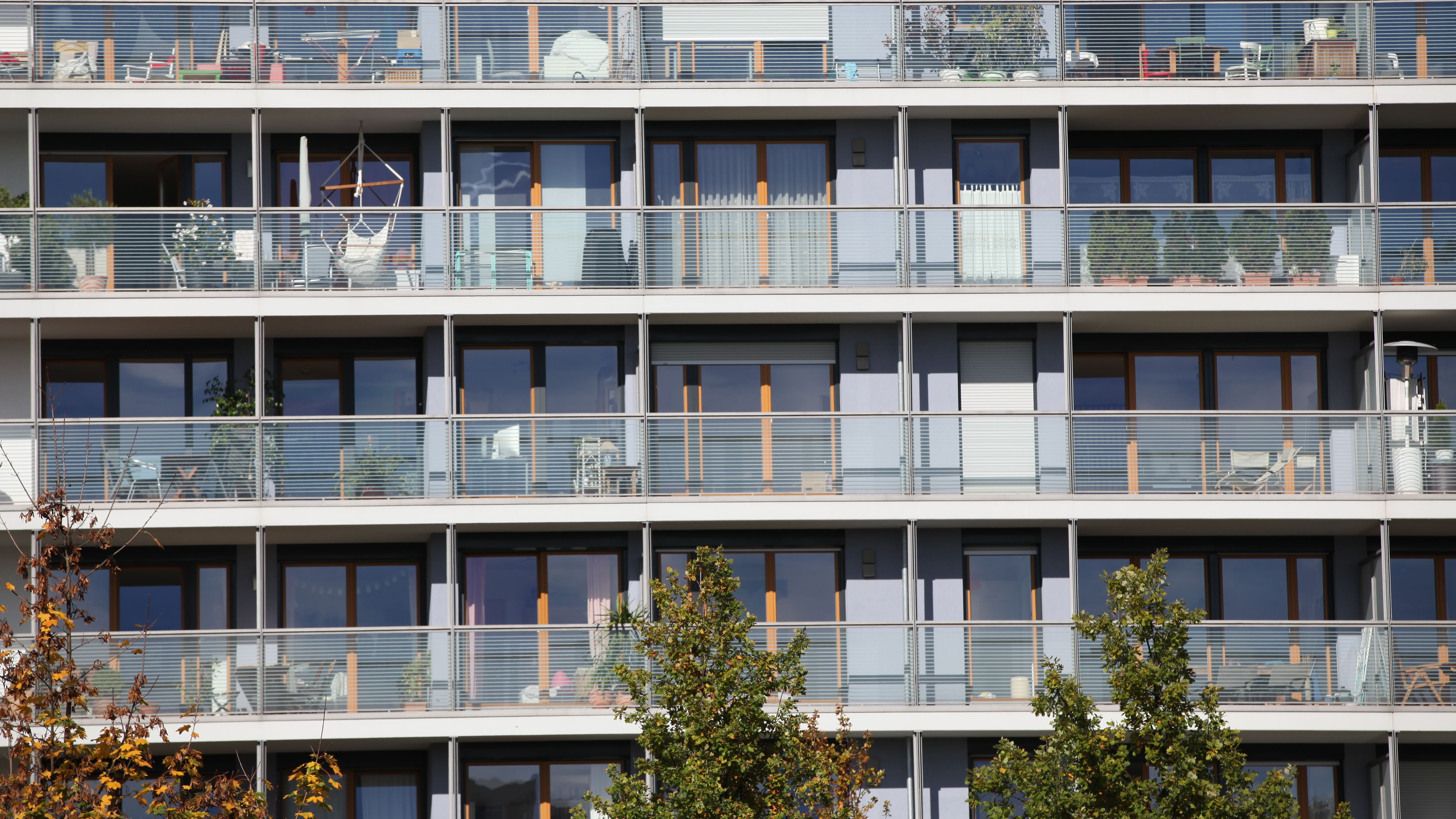 Mehrstöckiges Wohnhaus mit Balkonen am Ackermannbogen in München