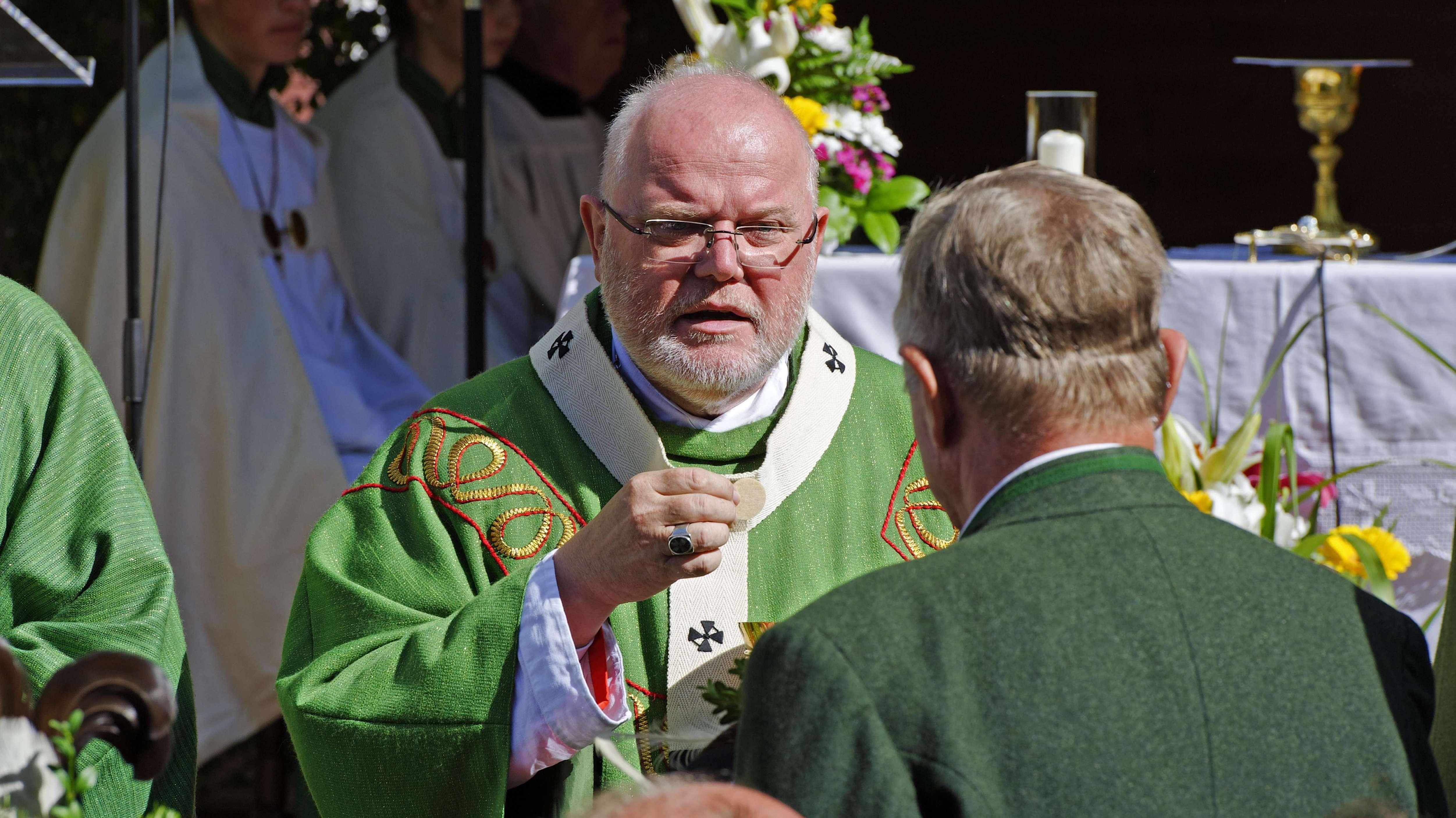 Reinhard Kardinal Marx, Erzbischof von München-Freising, teilt die Kommunion aus.