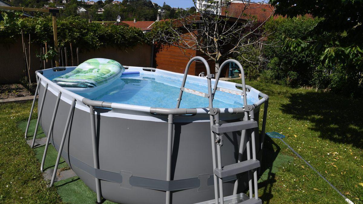 Pool in einem Garten (Symbolbild)