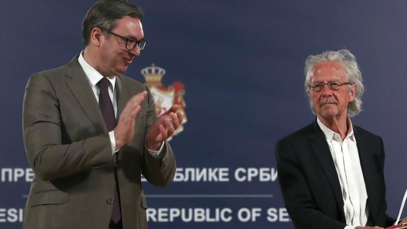 Der serbische Präsident Aleksandar Vucic (links) applaudiert, nachdem er dem Schriftsteller Peter Handke im Mai 2021 die Auszeichnung des Kardjordje-Sterns überreicht hat.
