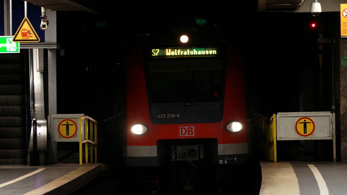 Münchner S-Bahn fährt aus dem Tunnel (Symbolbild)