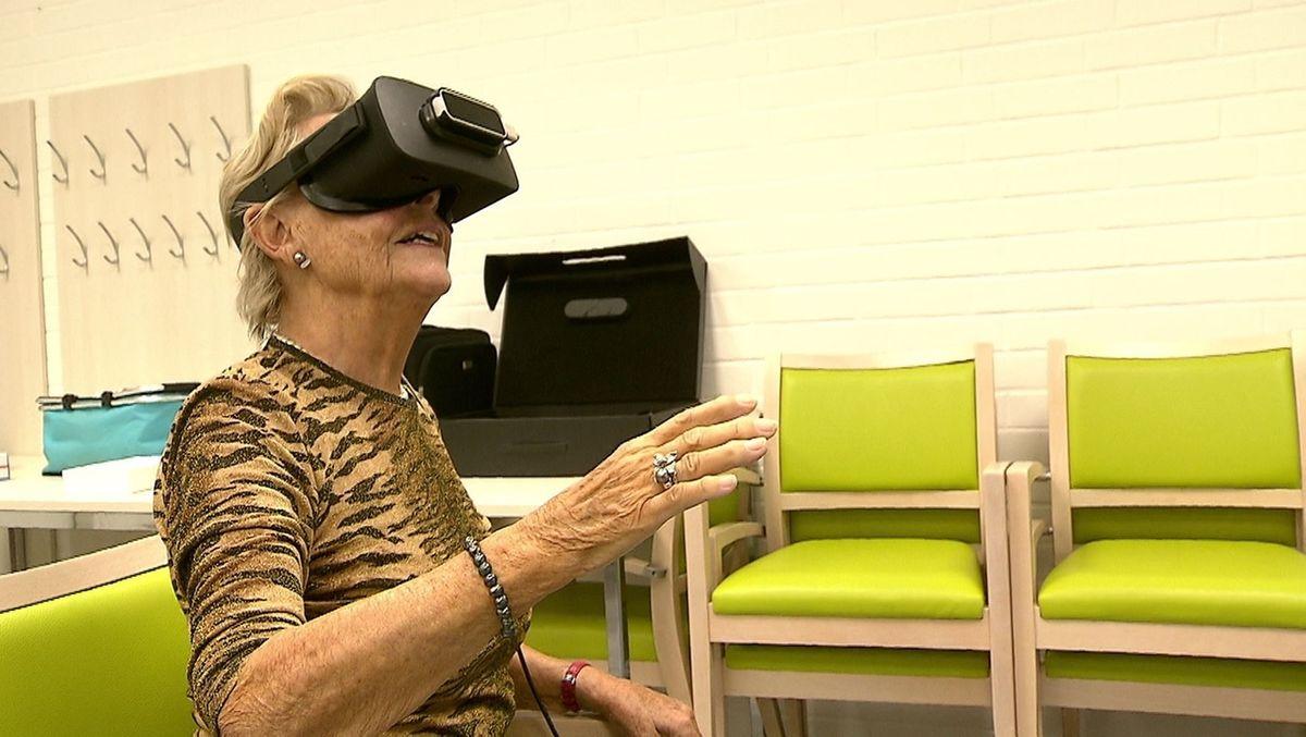 Eine Seniorin testet eine VR-Brille