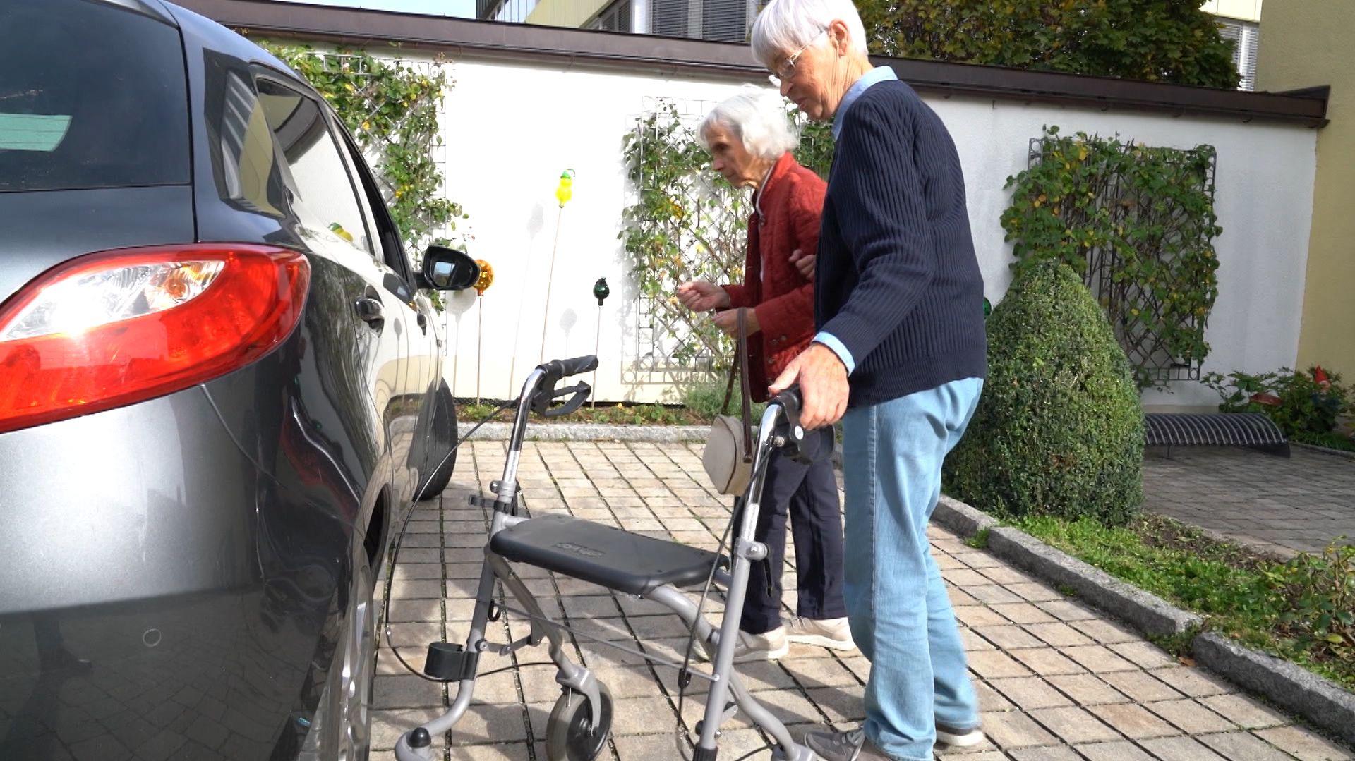 Gisela Mudrich und Hedwig Pachl auf dem Weg zum Auto