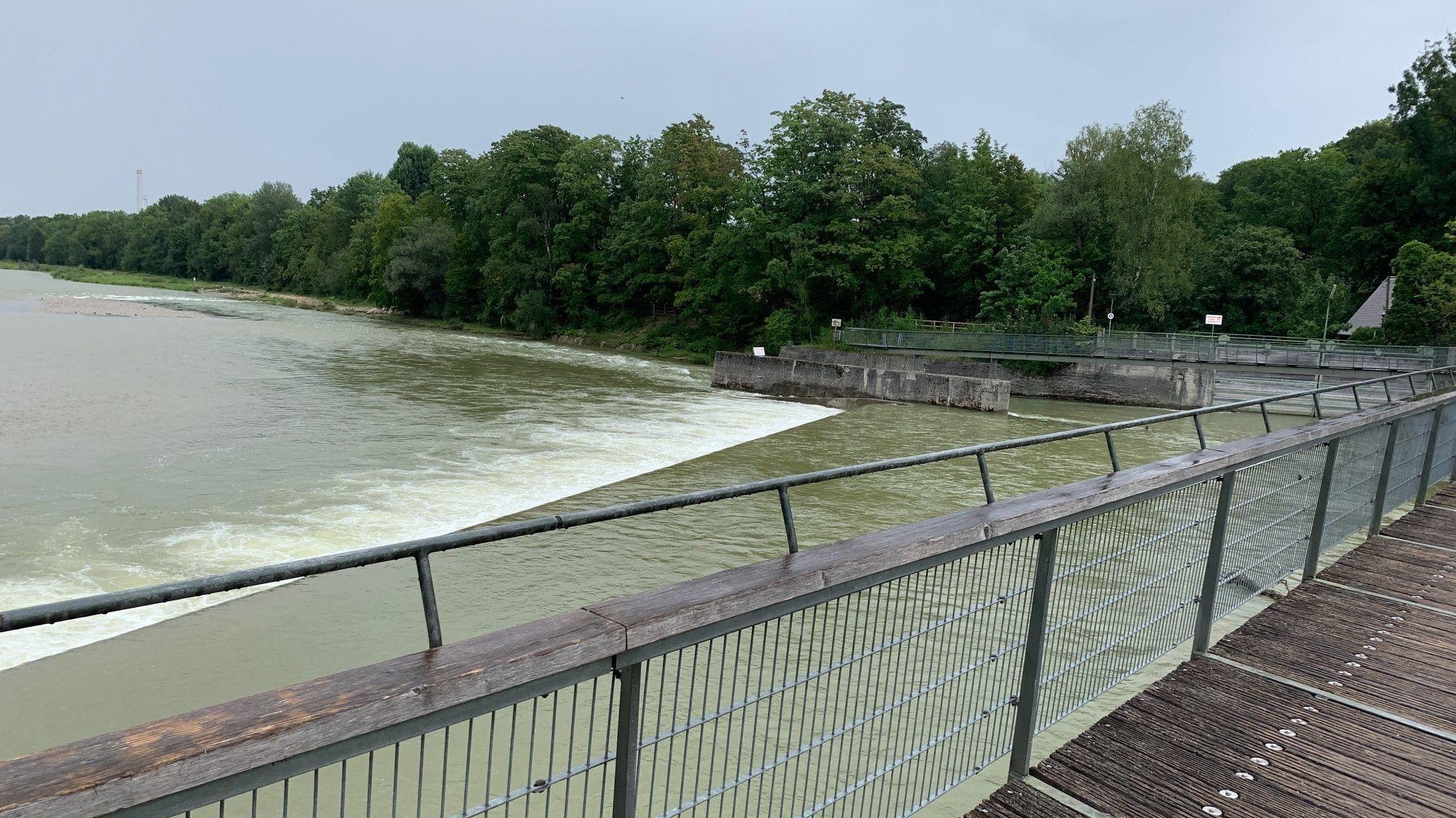Die viel Wasser führende Isar auf Höhe der Marienklausenbrücke in München am 15. August 2019.