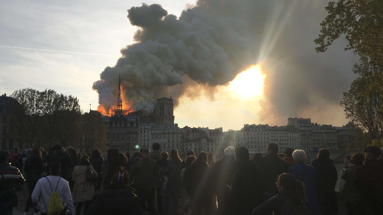 Pariser Kathedrale Notre-Dame in Flammen