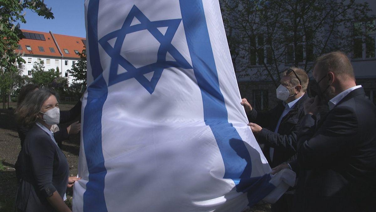 Vor dem Landratsamt Würzburg wird abermals eine Israelflagge gehisst.