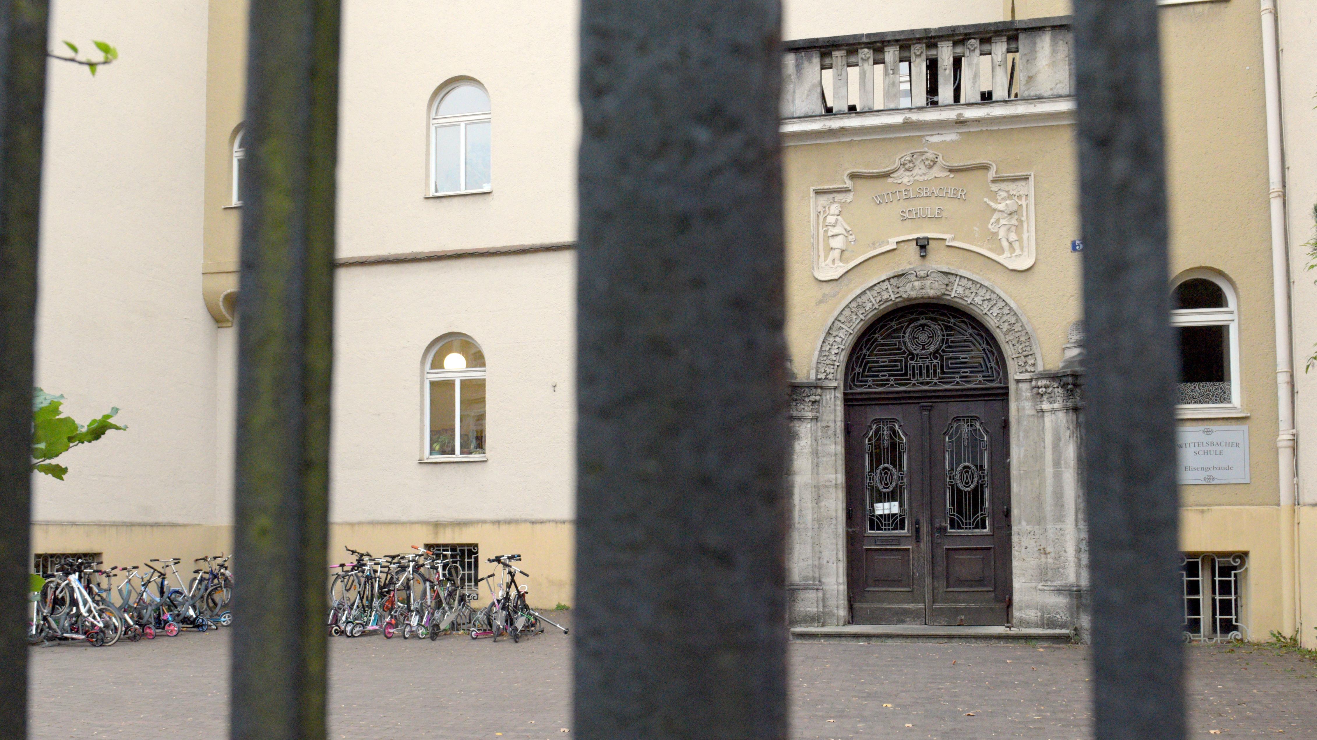 Blick auf den Eingang der Wittelsbacher-Grundschule in Augsburg