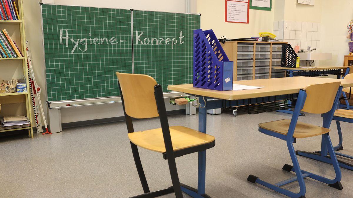 Blick in ein Klassenzimmer, die Stühle leer, an der Tafel das Wort: Hygiene-Konzept.