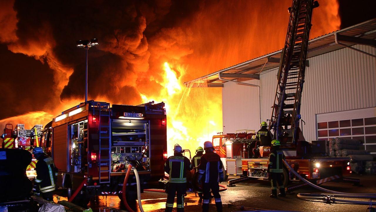 Großbrand zerstört Lagerhalle mit Kunststofffolien in Lauingen