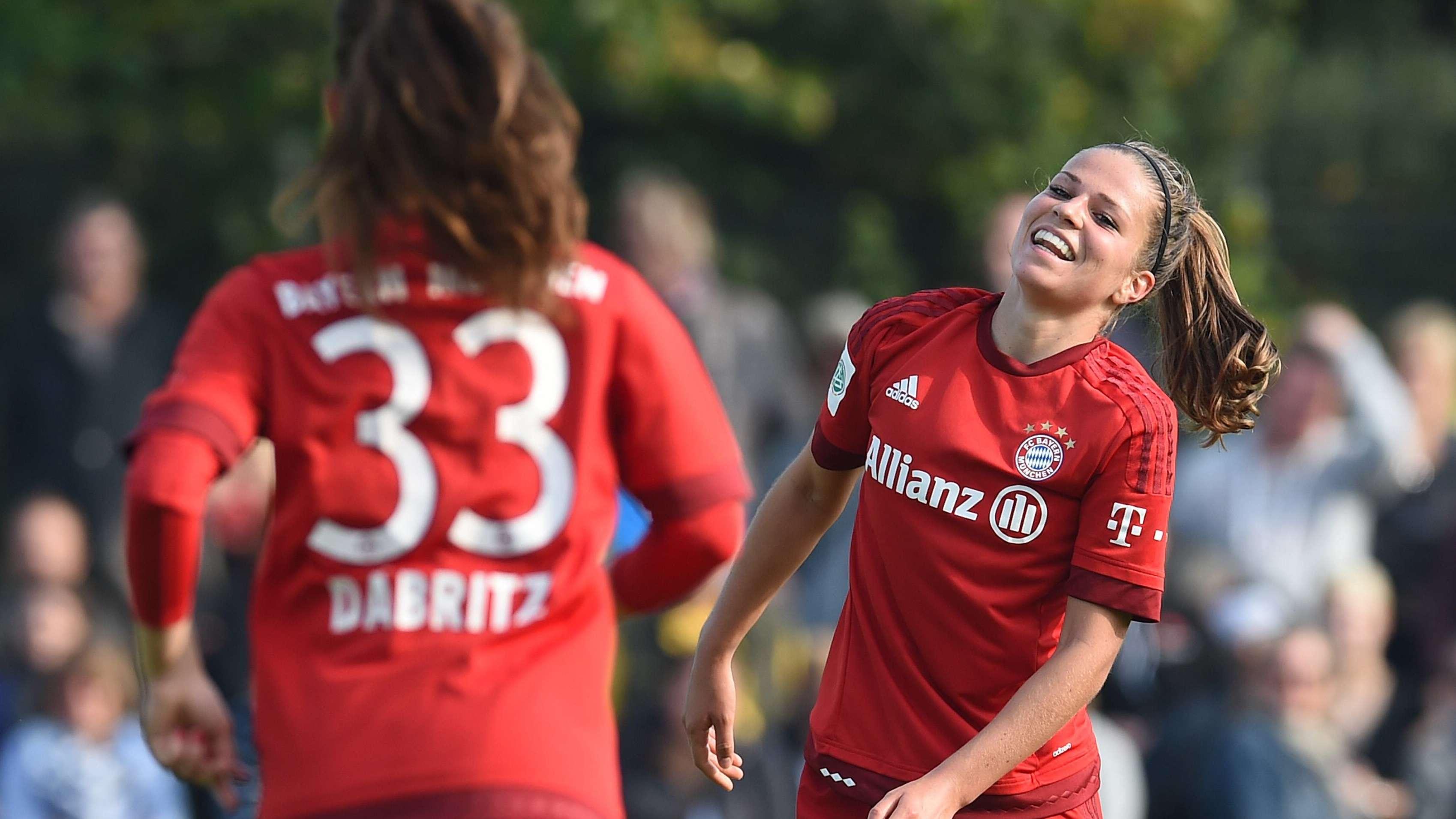 Die FC-Bayern-Spielerinnen Sara Däbritz (links) und Melanie Leupholz