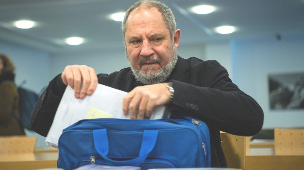 Siegfried Mauser, der frühere Rektor der Hochschule für Musik und Theater München, packt seine Sachen.