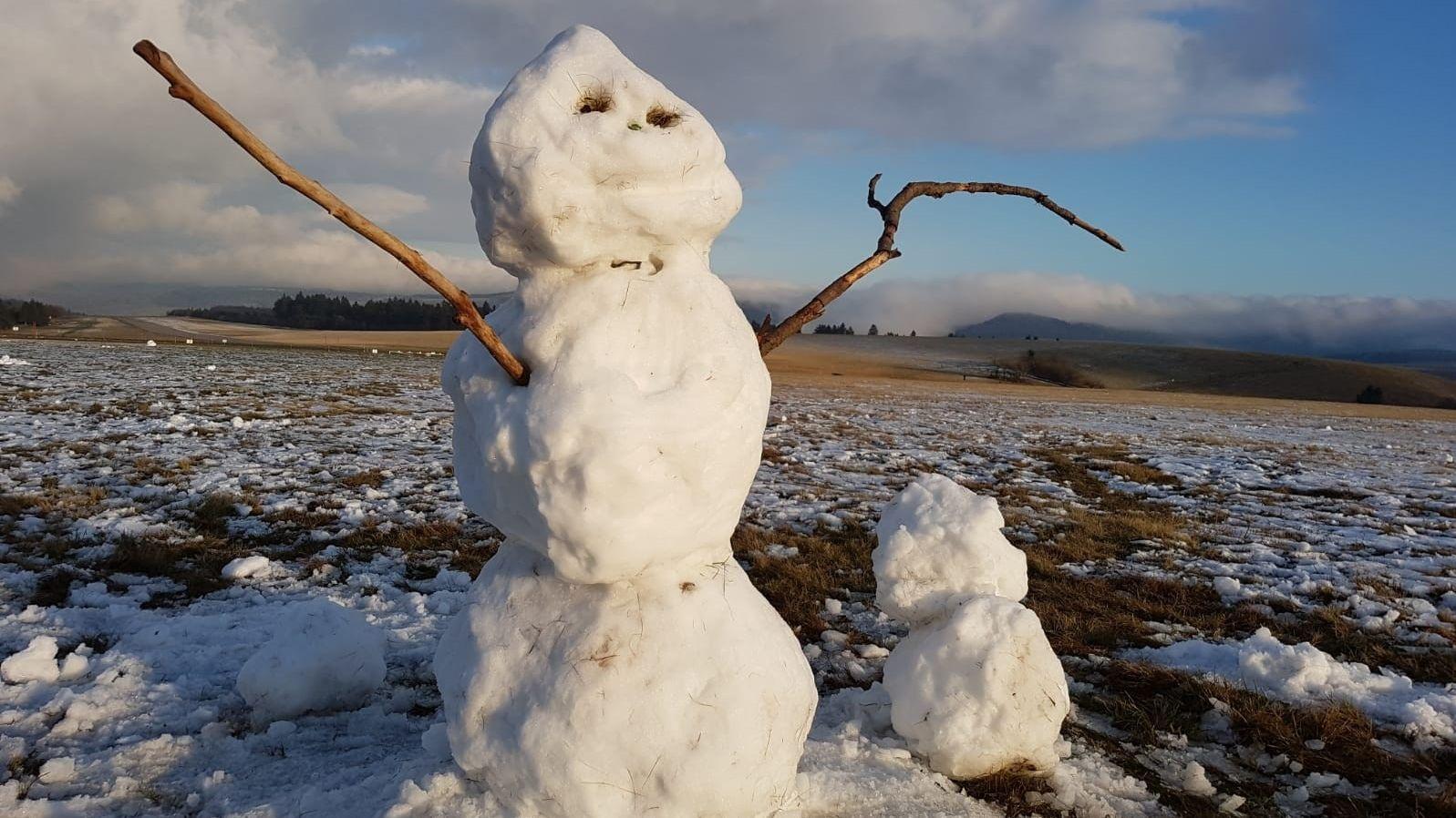 Der erste Schnee in der Rhön hat für den ersten Schneemann gereicht.