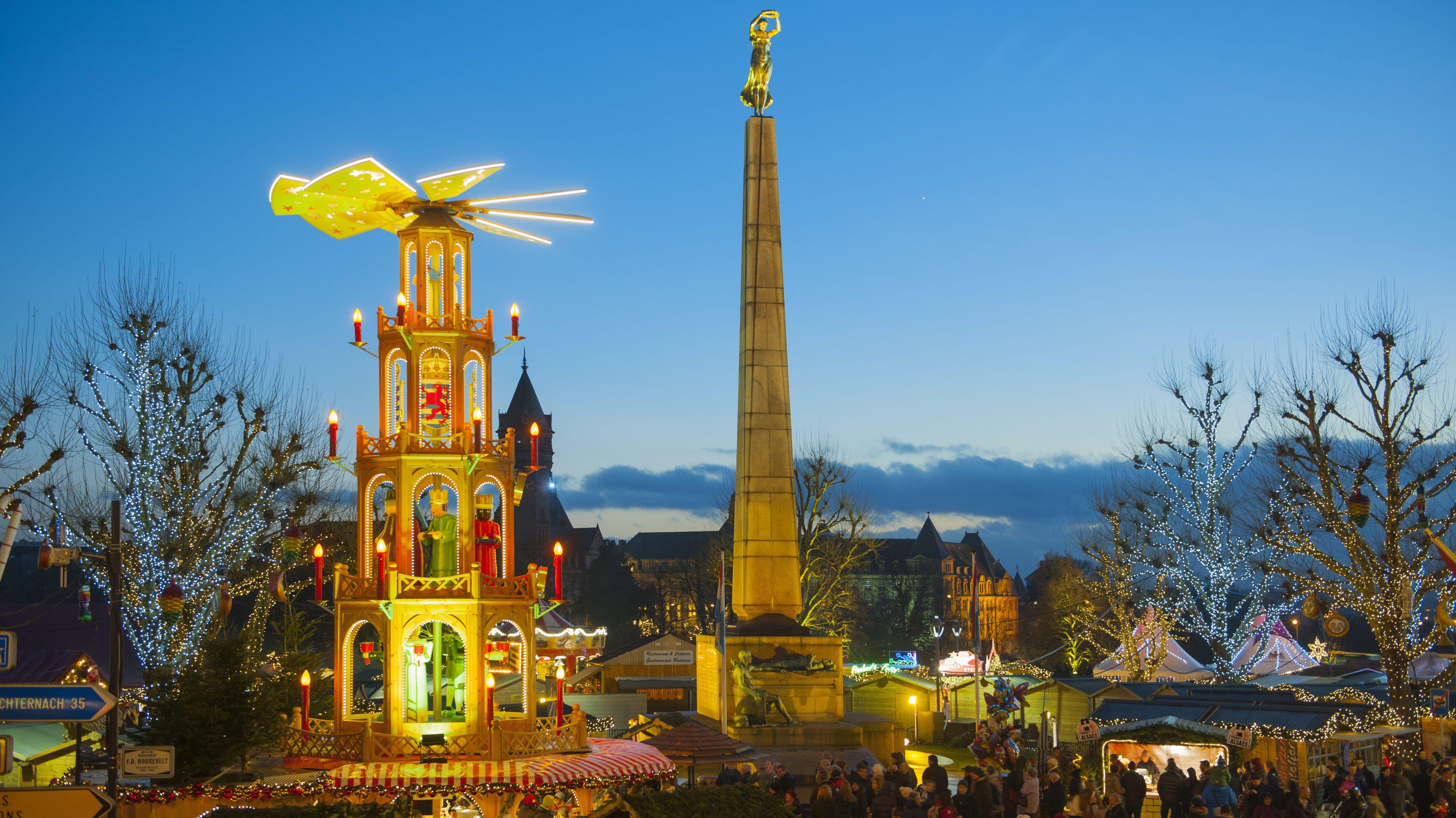 Der Weihnachtsmarkt in Luxemburg im Abendlicht.