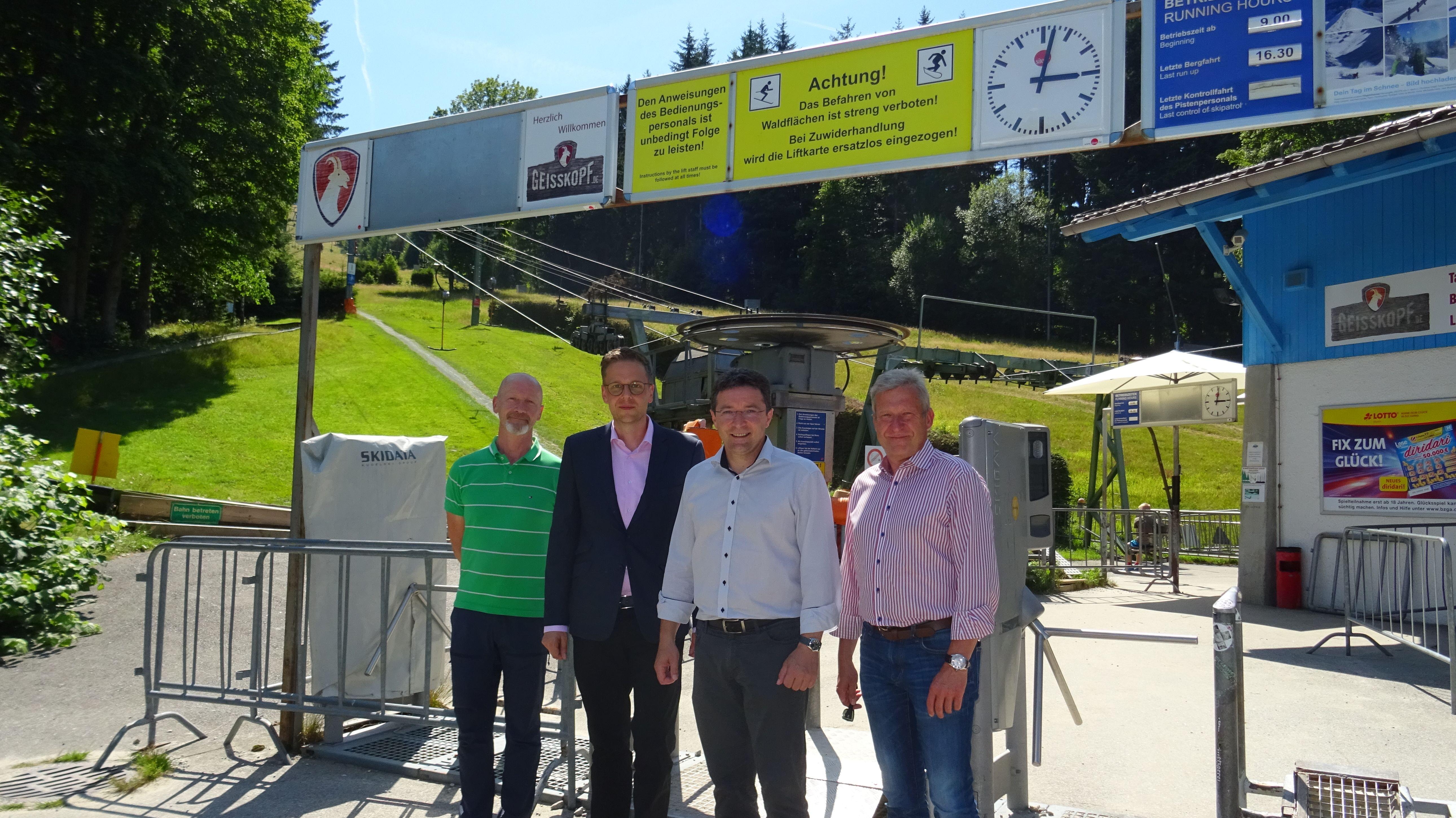 Die Verantwortlichen der Geißkopfbahn zusammen mit dem Landtagsabgeordneten Max Gibis