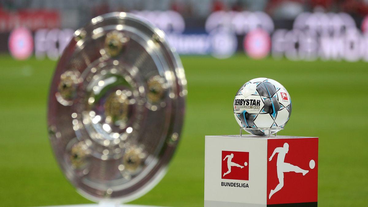 Meisterschale der Fußball-Bundesliga und Bundesliga-Ball