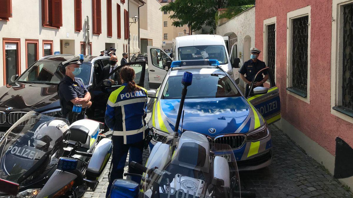 Begleitet von Polizisten trifft der emeritierte Papst Benedikt XVI. in der Regensburger Luzengasse ein