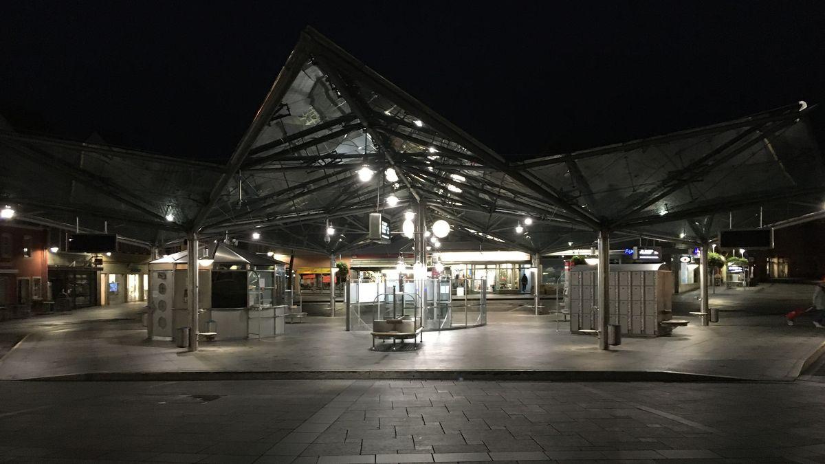 """Am Busbahnhof """"Roßmarkt"""" in Schweinfurt ist während des Streiks nichts los."""