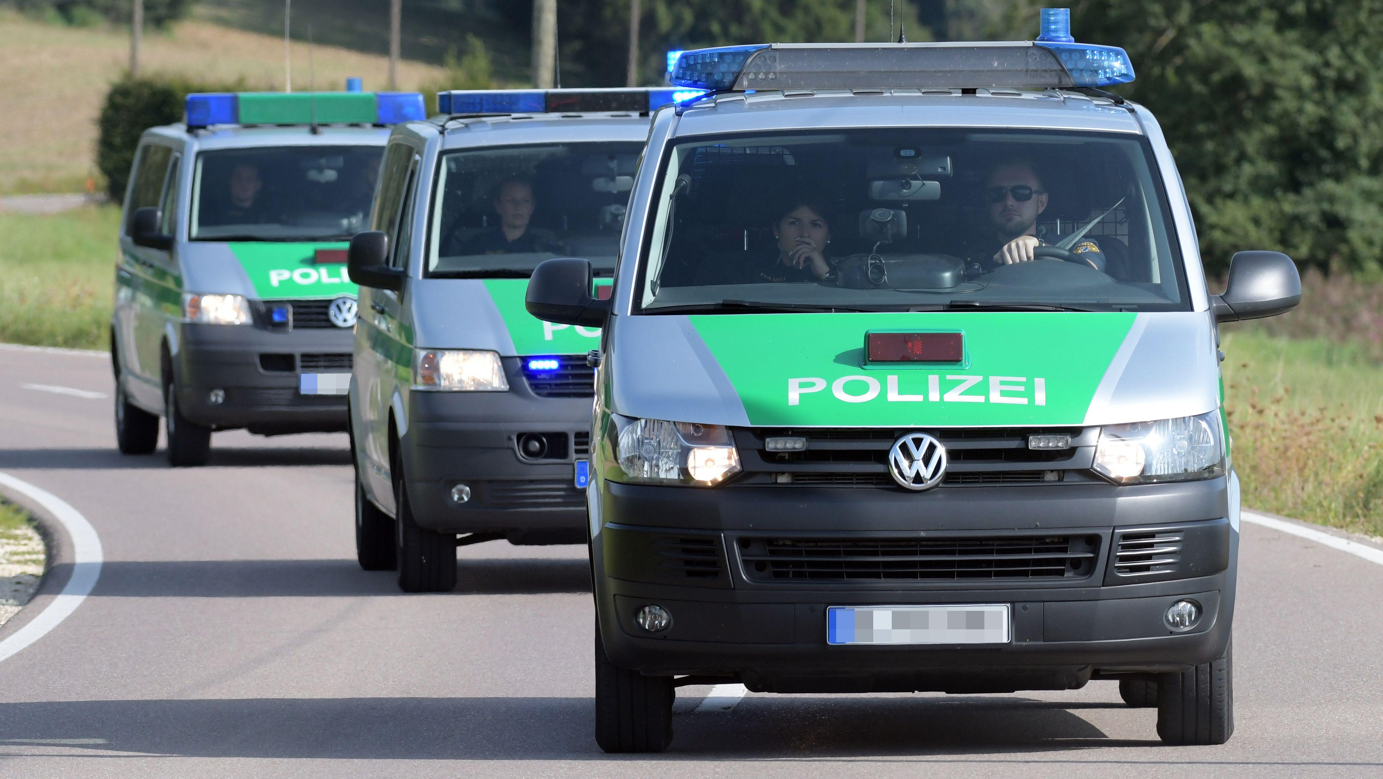 Polizeifahrzeuge auf Einsatzfahrt (Symbolbild)