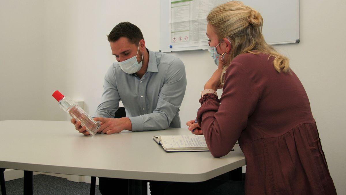 Gewerbeaufsichtsbeamte der Regierung von Oberfranken überprüfen ein Desinfektionsmittel auf ordnungsgemäße Kennzeichnung.