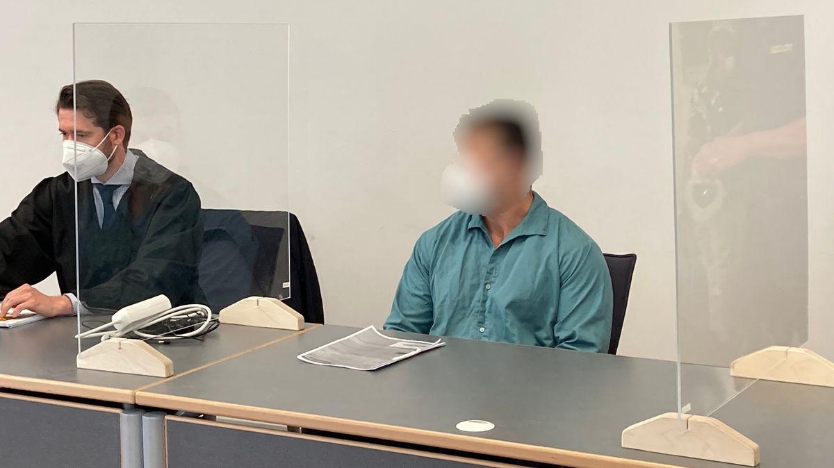 Angeklagte im Gerichtssaal in Regensburg.