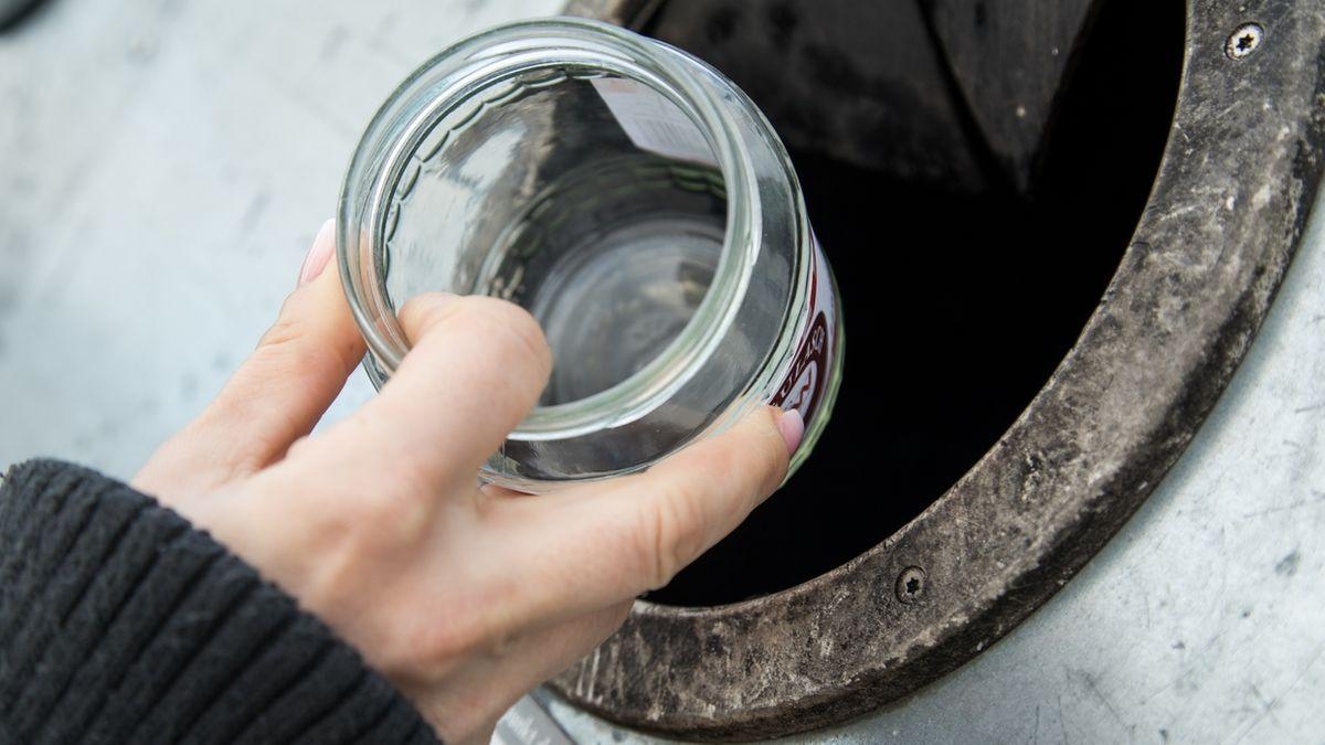Eine Frau wirft Altglas in einen Container (Symbolbild)