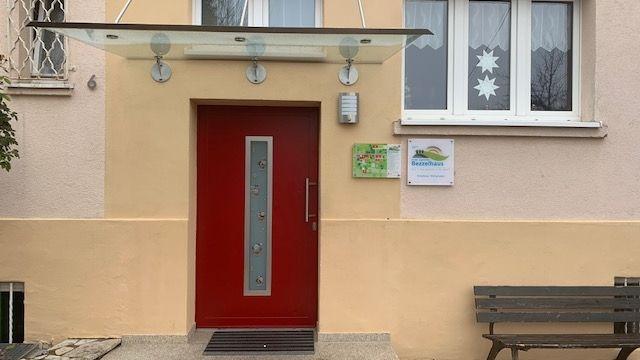 Rote Eingangstür zum Bezzelhaus in Gunzenhausen