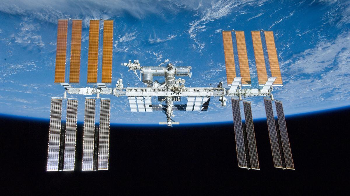 Internationale Raumstation ISS, im Hintergrund die Erde