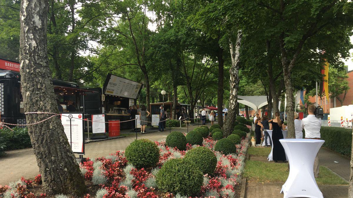 Foodtruck versorgt: Vor dem Festspielhaus sind zahlreiche Stände, die Essen und Trinken anbieten.