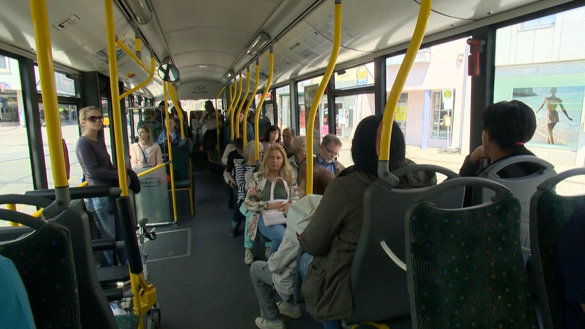 Fahrgäste in einem Schweinfurter Bus