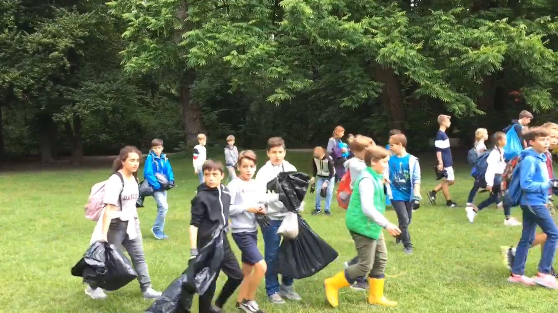 Schüler des Luitpold-Gymnasiums sammeln Müll im Englischen Garten.