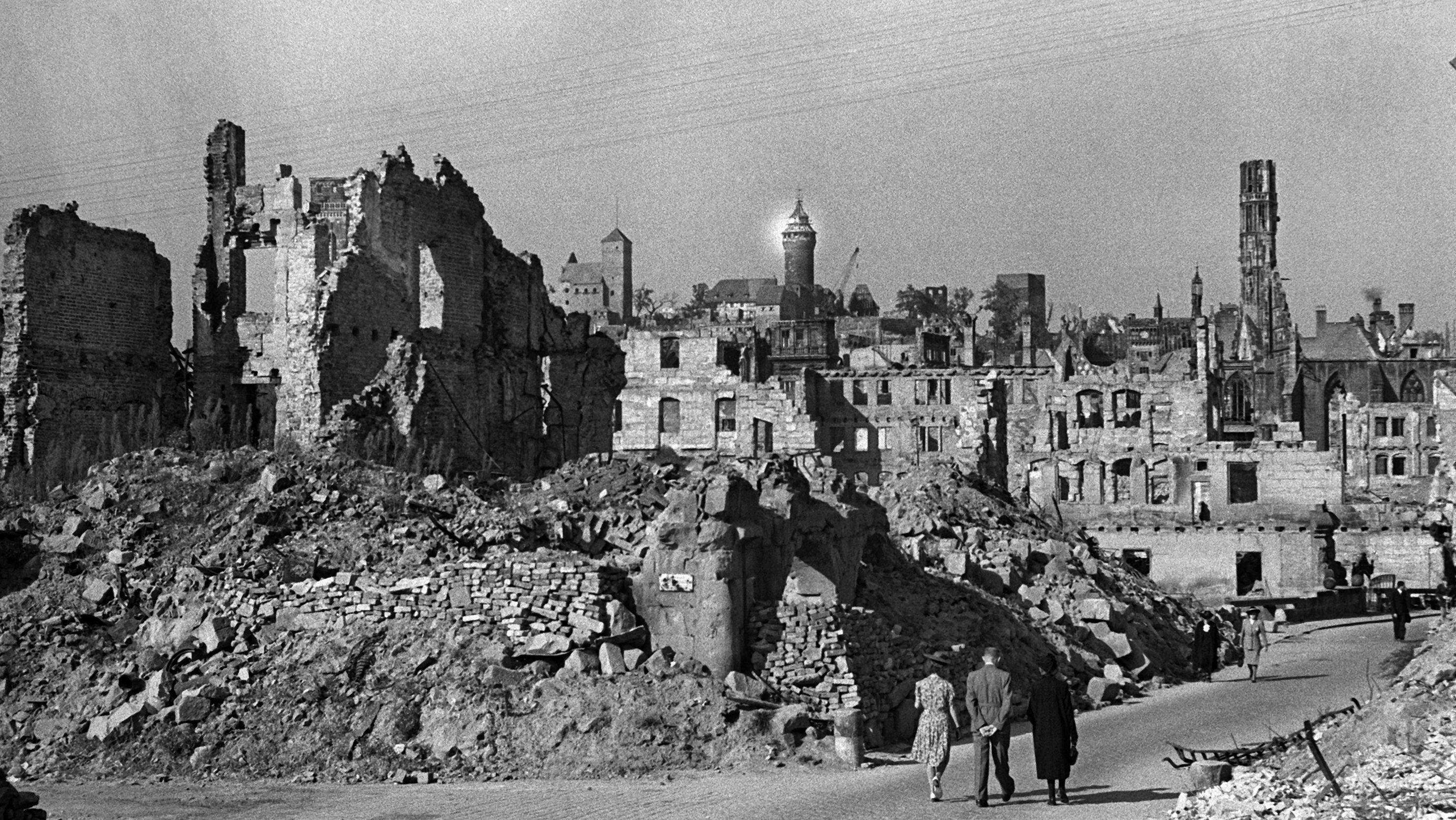 Das kriegszerstörte Nürnberg, im Hintergrund die Burg