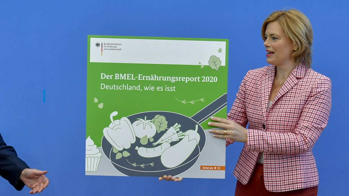 Julia Klöckner (CDU), Bundesministerin für Ernährung und Landwirtschaft, hält zum Auftakt einer Pressekonferenz zur Vorstellung des Ernährungsreports 2020 ein kleines Plakat mit dem Hinweis auf den Bericht.