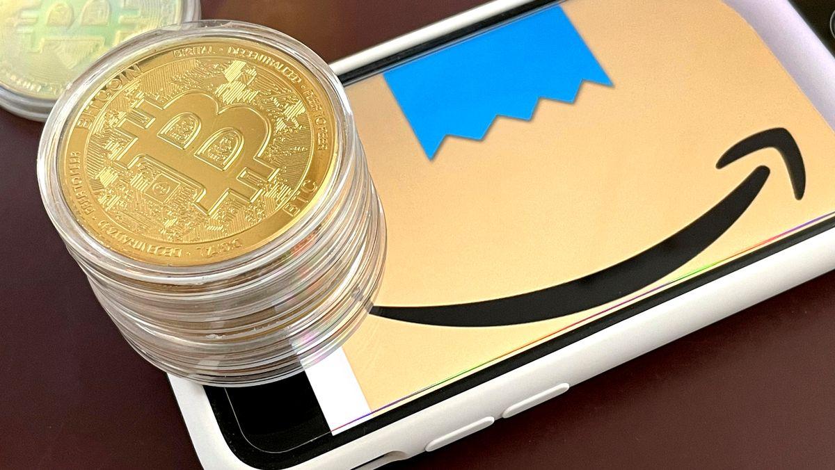 Bitcoin Münzen auf Amazon-Logo