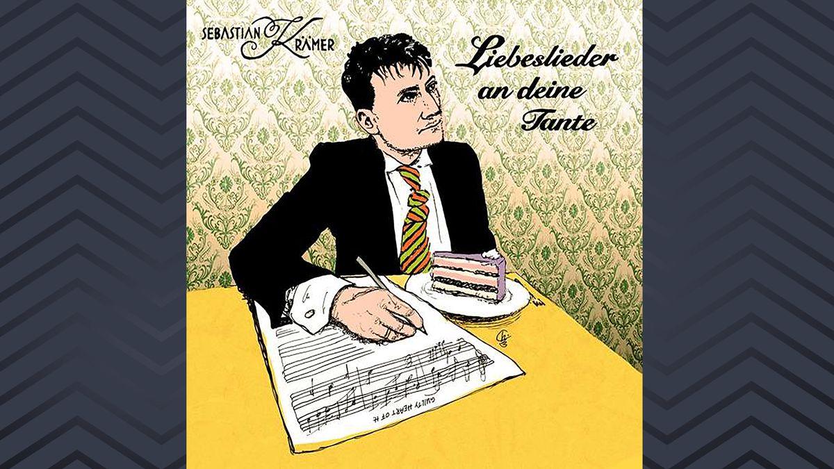 Mann mit Schlips und Kragen und einem Stück Kuchen vor sich notiert Noten: Skizze auf dem Cover  Liebeslieder an Deine Tante von Sebastian Krämer