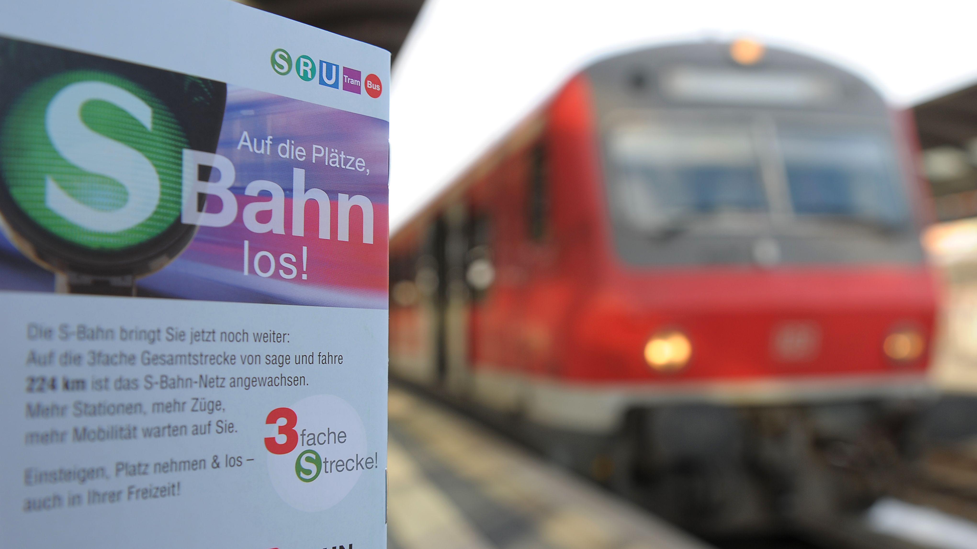 Schild an einem Bahnsteig der S-Bahn im VGN