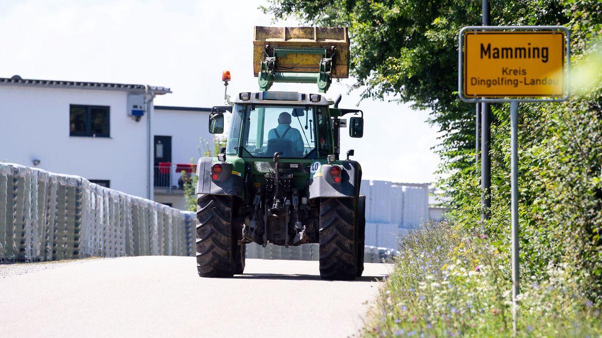 Ein Traktor fährt durch Mamming