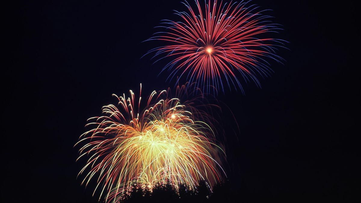 Silvesterfeuerwerk am Nachthimmel.