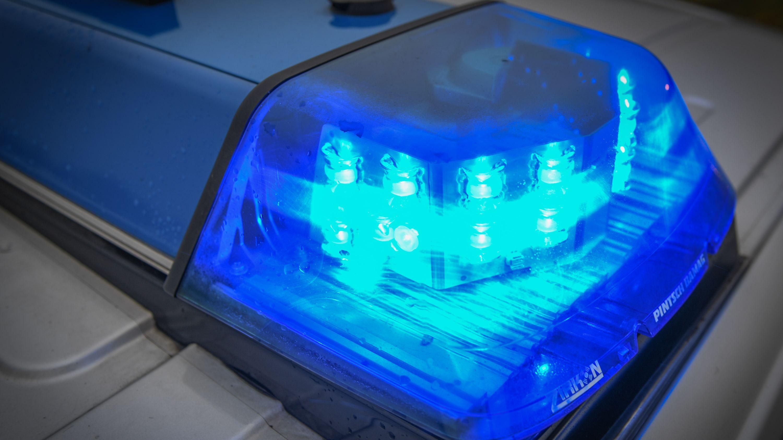 Blaulicht eines Polizeifahrzeugs (Symbolbild)