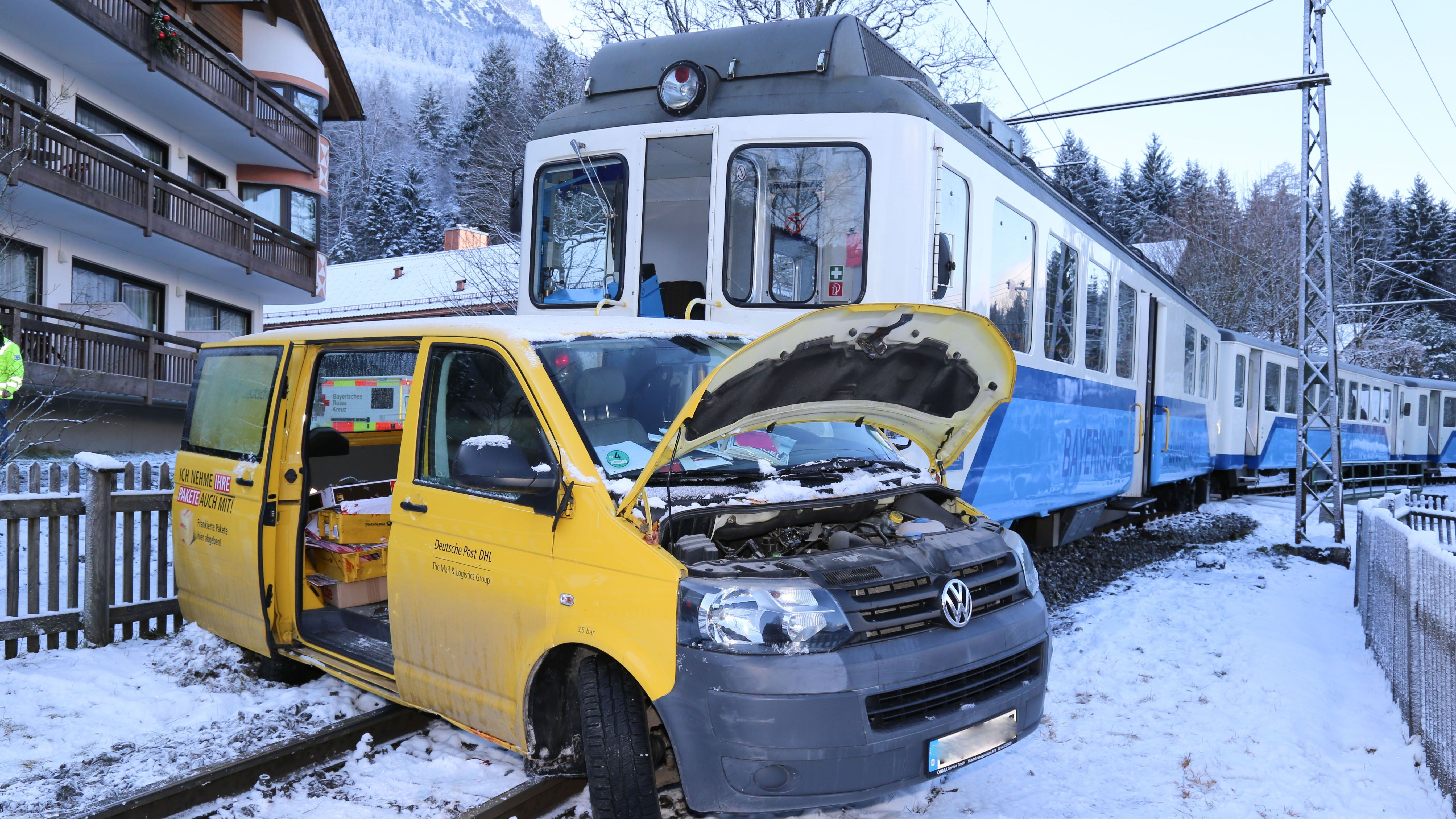 Bei dem Zusammenstoß der Bayerischen Zugspitzbahn mit einem Lieferwagen wurde der Fahrer des Lieferwagens schwer verletzt.