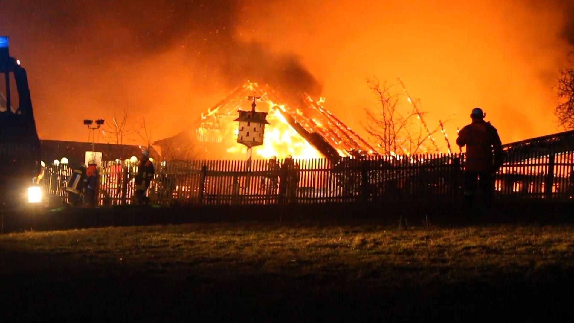 Stallungen stehen in Flammen