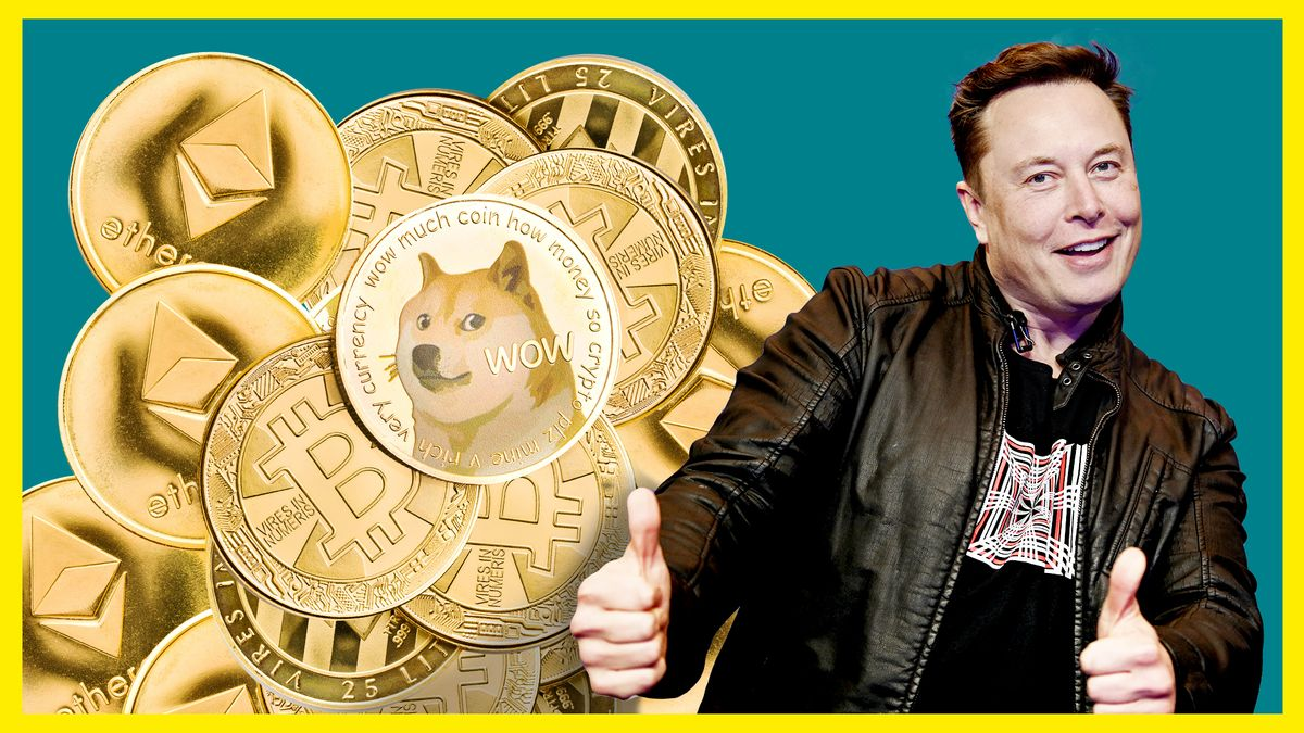 Elon Musk hält freudig schauend zwei Daumen hoch. Links neben ihm liegt ein Haufen an goldenen Dogecoin-, Bitcoin- und Ether-Münzen.